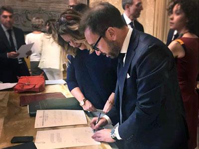 Il ninistro della Giustizia Alfonso Bonafede firma il decreto