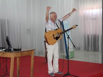 Max Paiella durante l'esibizione nel carcere di Velletri per la Festa della Musica