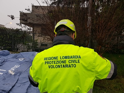 Coronavirus, montaggio delle tensostrutture pre-triage nelle carceri della Lombardia