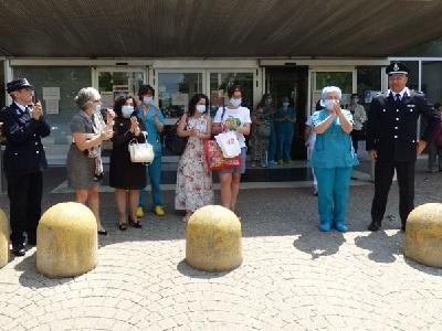 Consegna colletta tra agenti della Polizia Penitenziaria di Vercelli all'ospedale Sant'Andrea