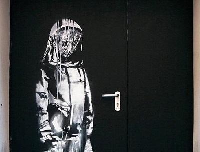 La porta del Bataclan con l'opera di Bansky