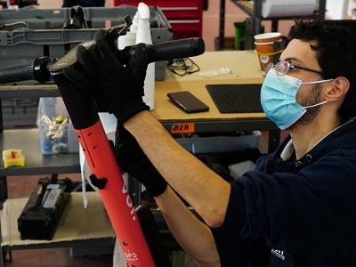 Un tecnico meccanico al lavoro - Foto ImagoEconomica