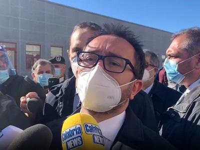 Il ministro della Giustizia Alfonso Bonafede durante il punto stampa all'uscita dell'aula bunker di Lamezia Terme - 15-12-2020