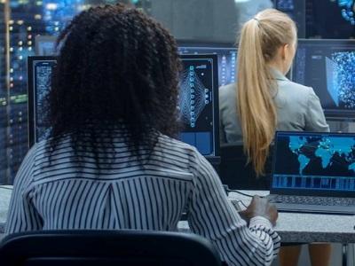 Due ragazze assistenti informatici al lavoro