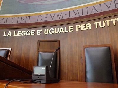 Un particolare di un'aula di Giustizia del Tribunale di Milano