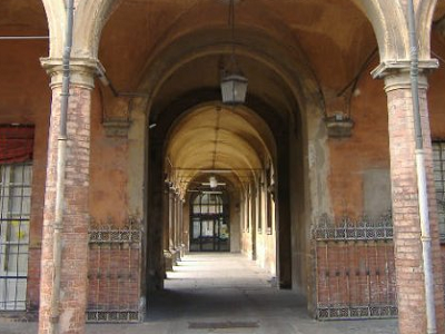 Il portico dell'ex Convento di San Procolo a Bologna, nuova sede del settore penale del Tribunale di Bologna