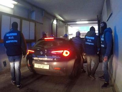 Agenti del Nic durante l'operazione del 22 gennaio 2021 che ha all'arresto di 8 persone ritenute responsabili di associazione a delinquere di tipo mafioso e di altri reati commessi per agevolare il clan Casalesi-Zagaria