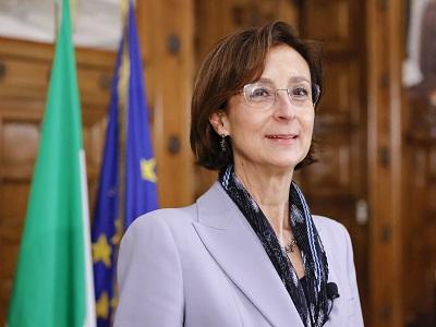 La ministra Marta Cartabia con le bandiere italiana ed europea