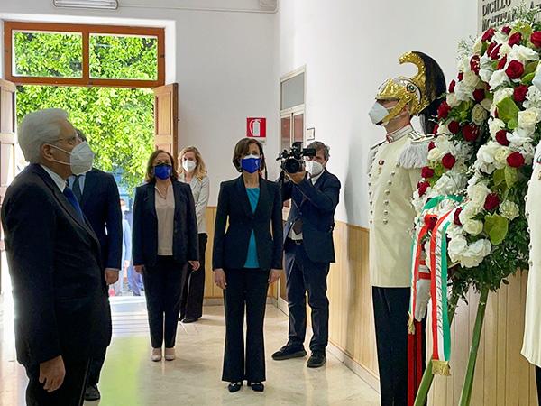 Il Presidente Mattarella depone una corona ai caduti di Capaci