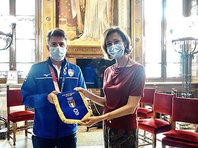 La ministra Cartabia riceve il gagliardetto delle Fiamme Azzurre